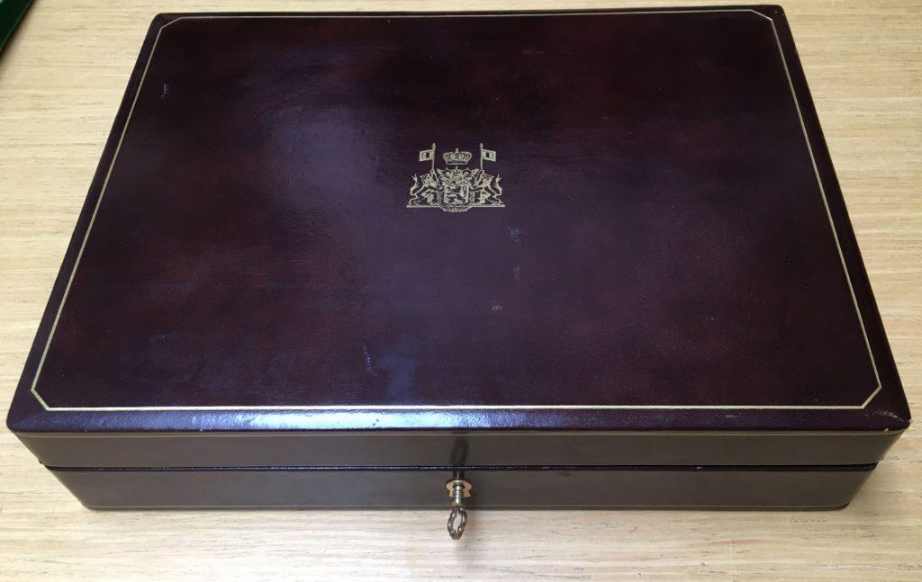 Koffer met gouden postzegels